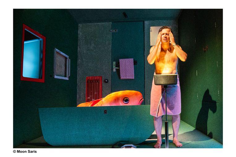 In het huis leven een man en zijn goudvis zich een slag in de rondte. Er knaagt iets. Het dagelijkse ritme hapert. Beeld Moon Saris