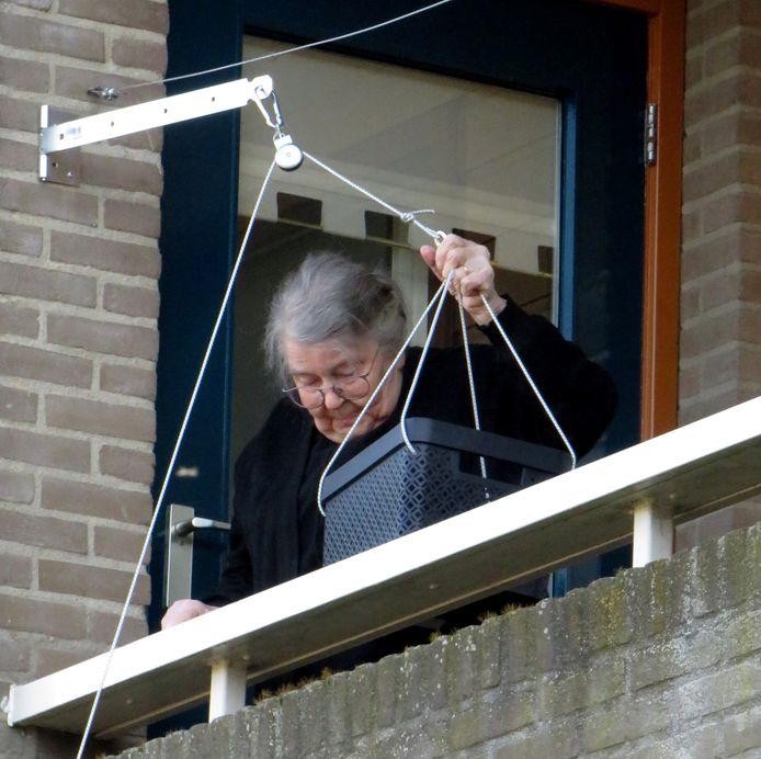 Oma Van der Kamp is in haar nopjes met de inhoud van het mandje dat gisteren door haar kleinzoon Peter omhoog werd getrokken.