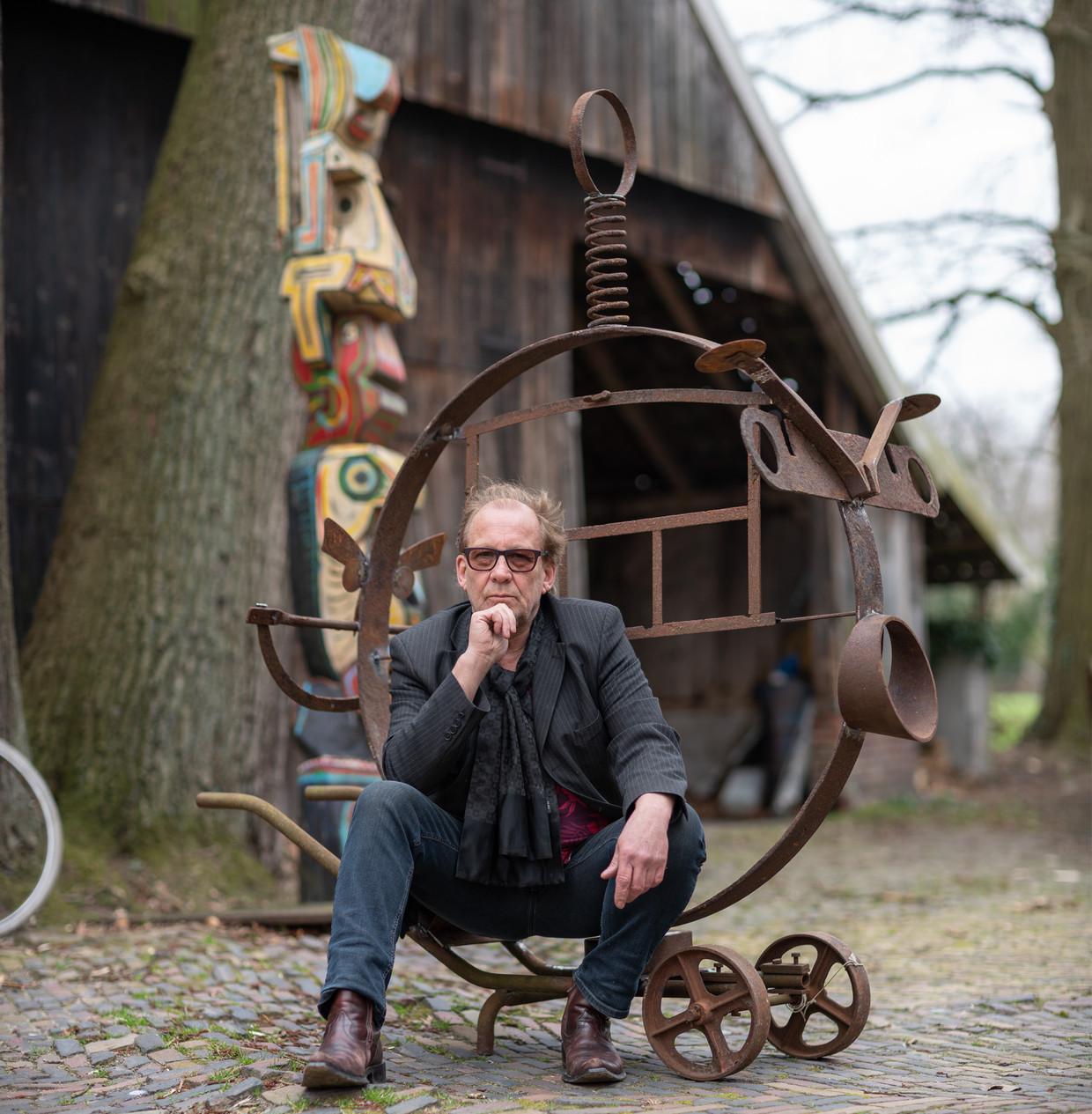 Kunstenaar René Guillot uit het Twentse Usselo is een 'goede kennis' van Pieter Omtzigt uit de sportschool.  Hij laste een oud karrewiel op het onderstel van een kruiwagen, als symbool voor politieke tunnelvisie en de kruiwagens waarmee politici zich in de achterkamers bedienen.  Beeld Harry Cock