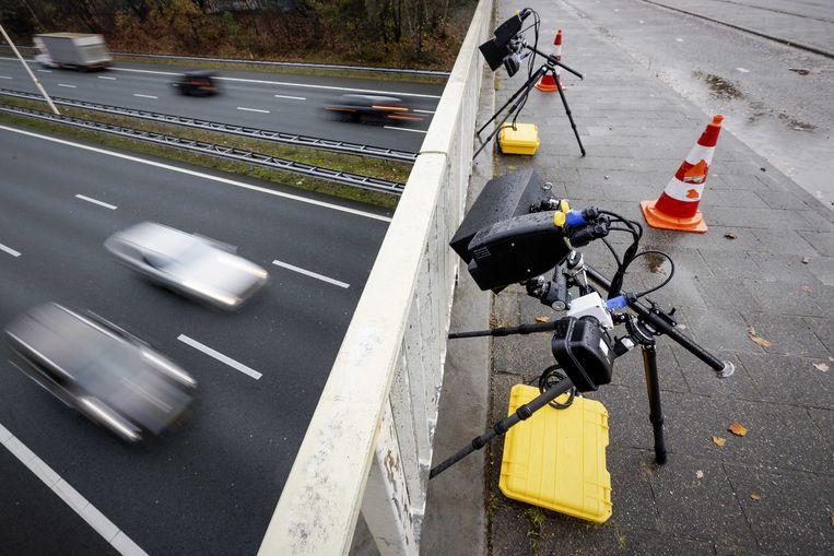De slimme camera's, hier op een viaduct over de A28, die worden gebruikt om het verkeer te controleren op bellende en appende automobilisten. Beeld ANP