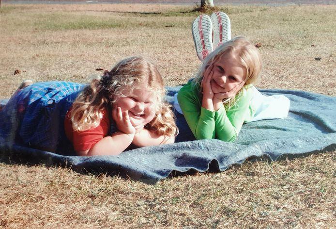Alexandra worstelt sinds haar geboorte al met ernstig overgewicht, vanwege een fout in haar dna. Op de foto: Alexandra (links) rond haar 4de jaar, samen met haar twee jaar oudere zus Maxime.