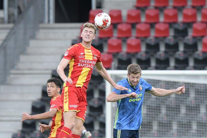 Maarten Pouwels wint namens Jong GA Eagles een kopduel van Feyenoorder Jan-Arie van der Heijden. Zakaria Eddahchouri kijkt op de achtergrond toe.