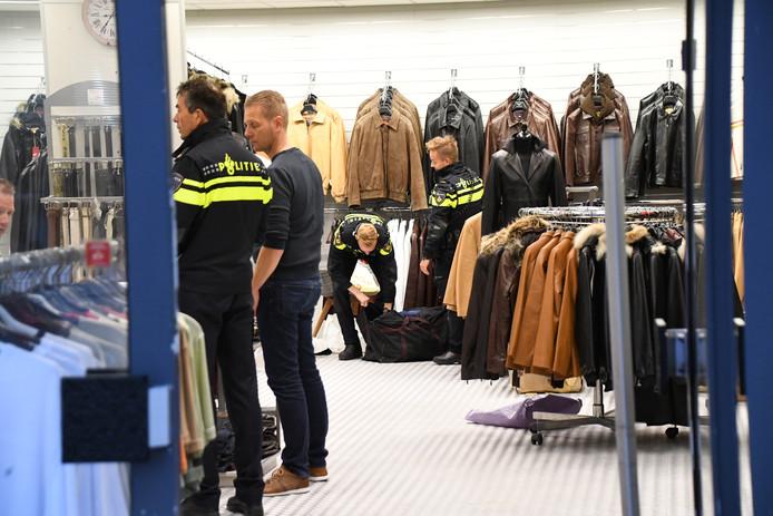 Onderzoek in de kledingwinkel aan de Lang Zelke