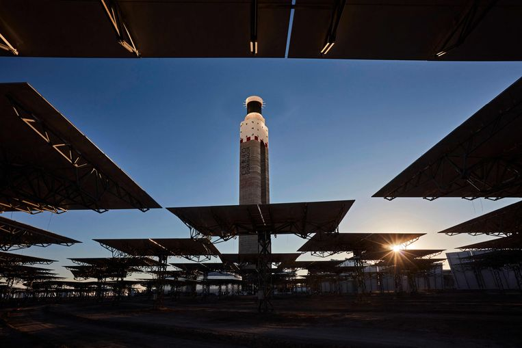 De eerste zonnecentrale van Zuid-Amerika, in de Atacamawoestijn in Chili, is deze week in gebruik genomen. 10.000 spiegels van 140 vierkante meter weerkaatsen zonlicht op een 250 meter hoge toren, waarin een vloeistof tot 560 graden Celsius wordt verhit. Daardoor ontstaat stoom, waarmee turbines worden aangedreven die stroom opwekken.  Beeld AFP