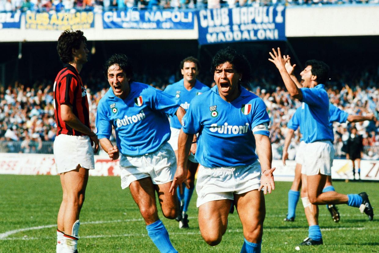 Diego Maradona viert een doelpunt voor Napoli in het San Paolo-stadion, 1 mei 1988. Beeld Getty Images
