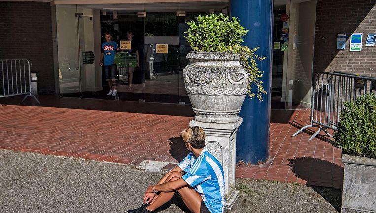Wachtende fan bij het Carltonhotel in Mierlo Beeld Guus Dubbelman / de Volkskrant