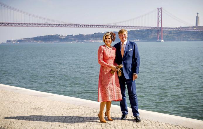 Koning Willem-Alexander en koningin Maxima poseren voor een fotomoment aan de Taag in Lissabon. Het koningspaar brengt een driedaags staatsbezoek aan Portugal. Remko de Waal / ANP
