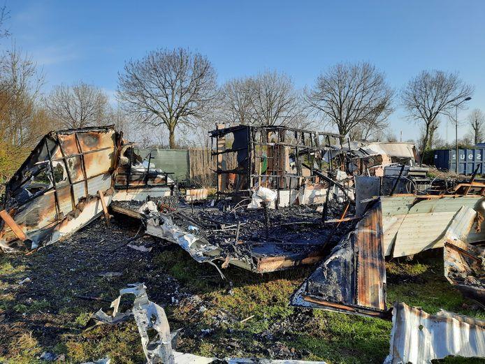 Bij een brand op camping Polsmaten in Nunspeet zijn twee stacaravans en een container verwoest.