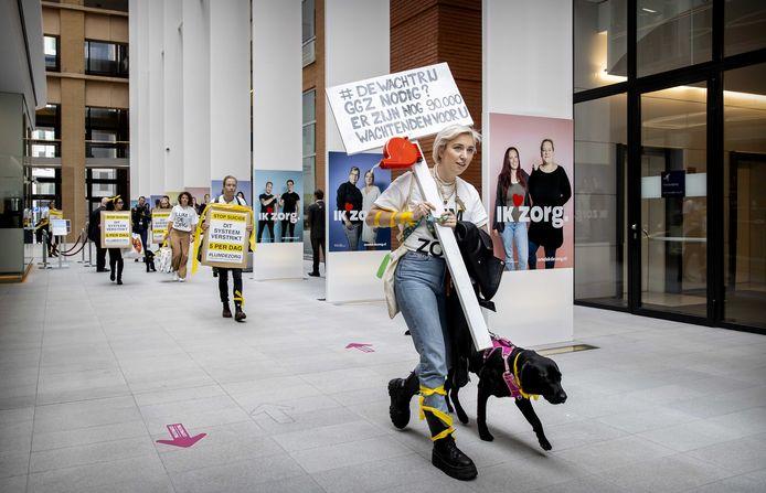 Op Suïcide Preventie Dag werd geprotesteerd bij het ministerie Volksgezondheid, Welzijn en Sport, onder meer tegen lange wachttijden in de geestelijke gezondheidszorg (GGZ).