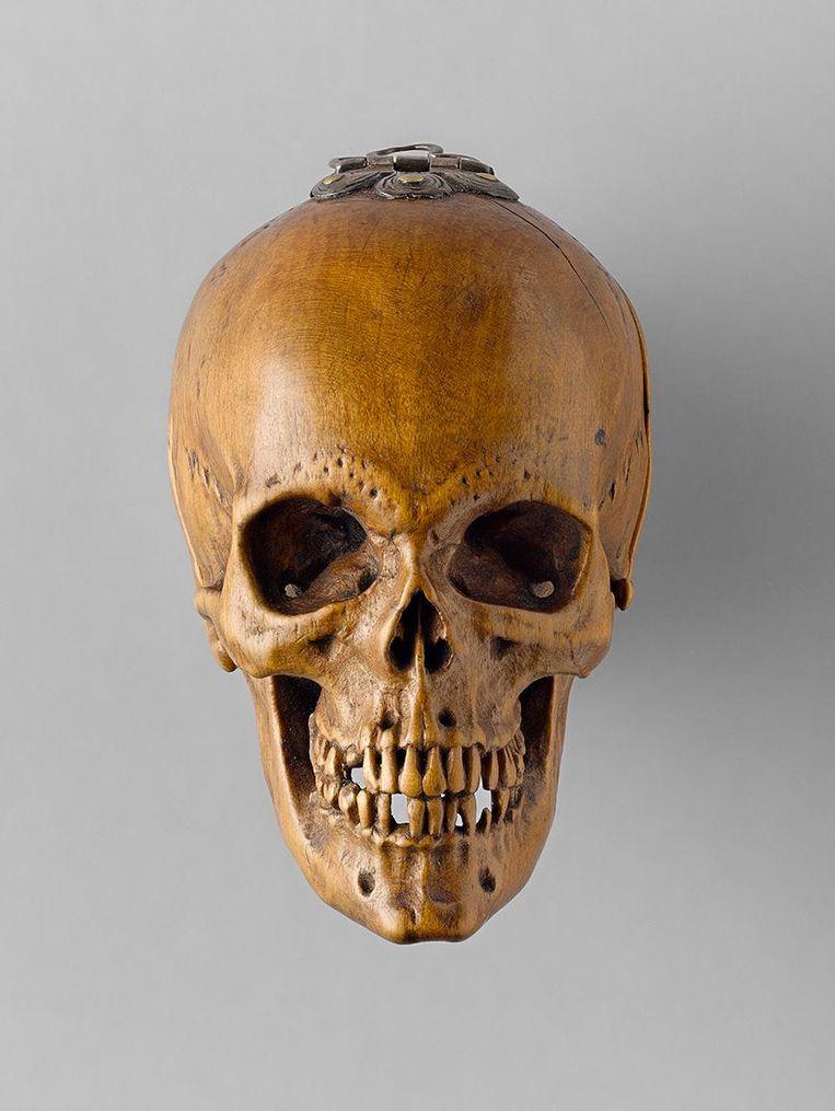 Gebedsnoot in de vorm van een doodshoofd uit Duitsland. Hier buitenaanzicht, 51 mm diameter, 1515. Te zien in de expositie Small Wanders in het Rijksmuseum. Beeld Art Gallery Ontario