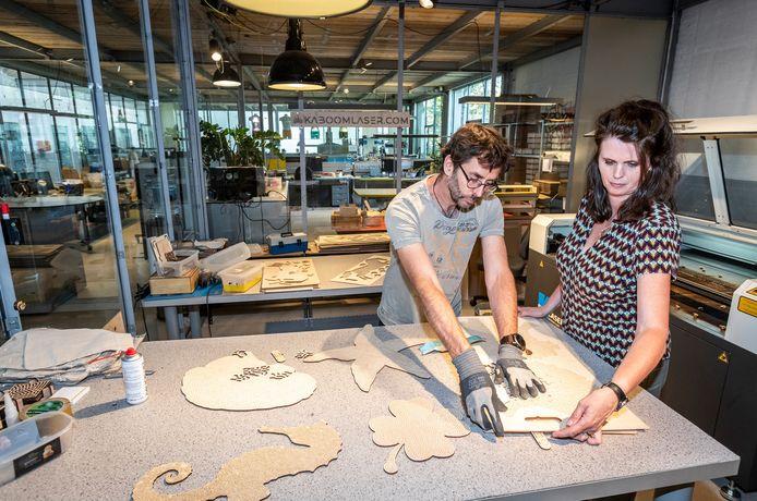 Annette Tol en Matthijs Keuper zijn tijdens de coronacrisis iets anders gaan doen. Ze maken nu houten puzzels.