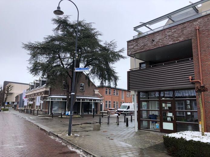 De vaccinlocatie van de GGD Hart voor Brabant aan de Prior van Milstraat in Uden (rechts) gaat woensdag 28 april open. Op de achtergrond de oude woonwinkel van Van Donzel en theater Markant.