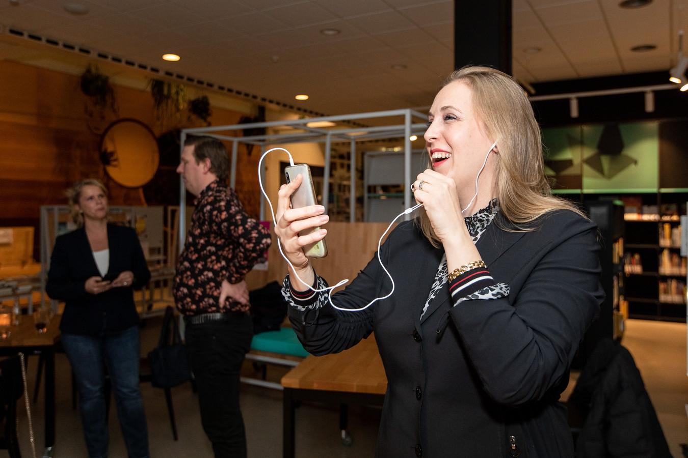 Anne Cristien Spekle viert in een videoverbinding met haar achterban de zes zetels. De volgende dag baalt ze: 1 van de 6 moet de VVD inleveren door toedoen van een 'schrijffout' op het stembureau in Haaren.