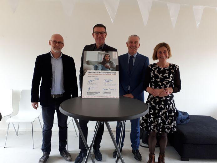 De verschillende partijen waaronder wethouder Marcel Verweij (tweede van rechts) ondertekenden een samenwerkingsovereenkomst voor het woontrainingshuis in Leerdam.