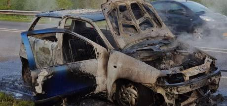 Jelle gaat viraal met hilarische video nadat zijn auto bij Brummen in brand vliegt: 'Soms heb je van die dagen...Gvd'