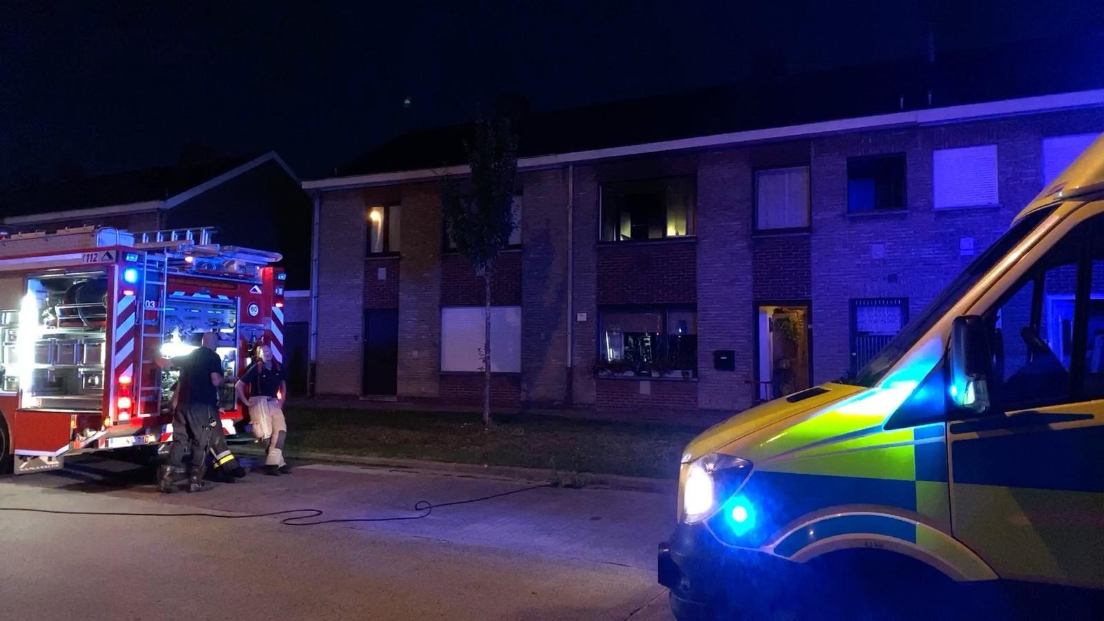 Een bewoner werd naar het ziekenhuis gebracht.