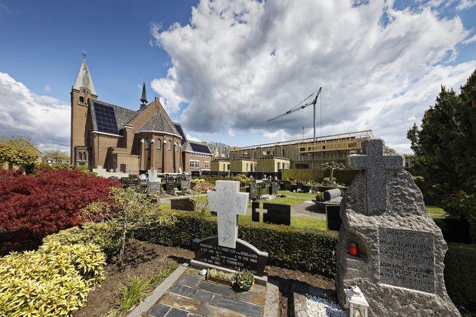 Wonen naast het kerkhof, dat doen de bewoners van Den Rozenkrans in Schijndel binnenkort.
