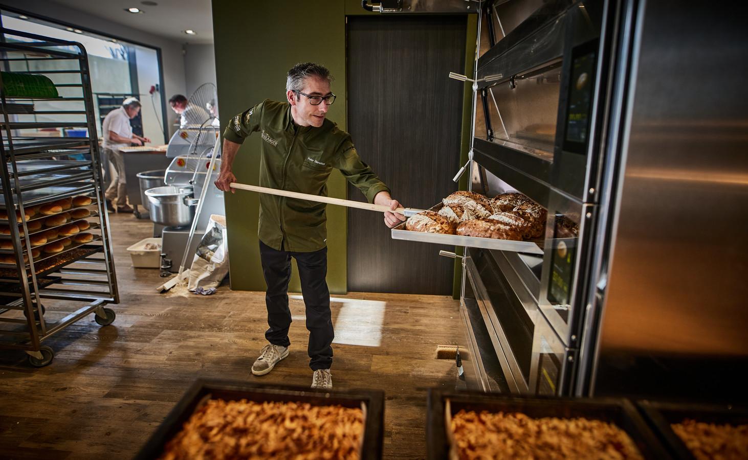 Peter Bienefelt haalt broden uit de oven van zijn eerste eigen zaak: De Boulanger in Rhoon.