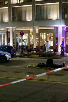 Man rijdt met auto in op groep mensen, voetganger overleden