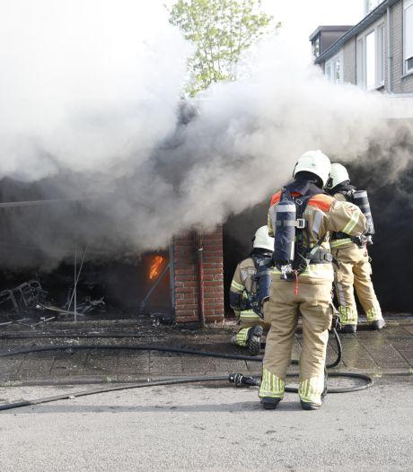 Oldtimer brandt volledig uit in garagebox Roosendaal