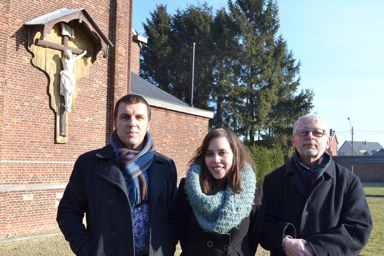Nikki Maes (voorzitter Groen Stekene) en gemeenteraadsleden Carl Ivens (links) en Jan Van Remoortel aan de kerk van Koewacht, die binnenkort ontwijd zal worden.