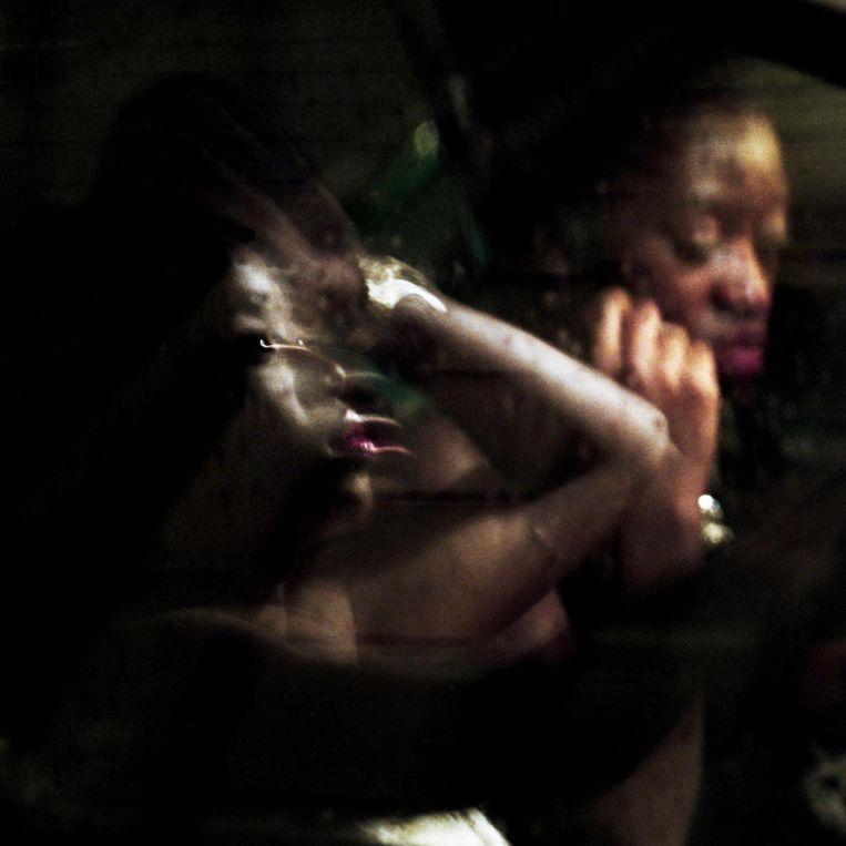 Frankrijk, Parijs, 15 februari 2016, 2 dames maken zich in de auto klaar voor een avond uit. Beeld null