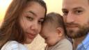 Caroline Crouch met echtgenoot Babis Anagnostopoulos en hun elf maanden oude dochtertje.
