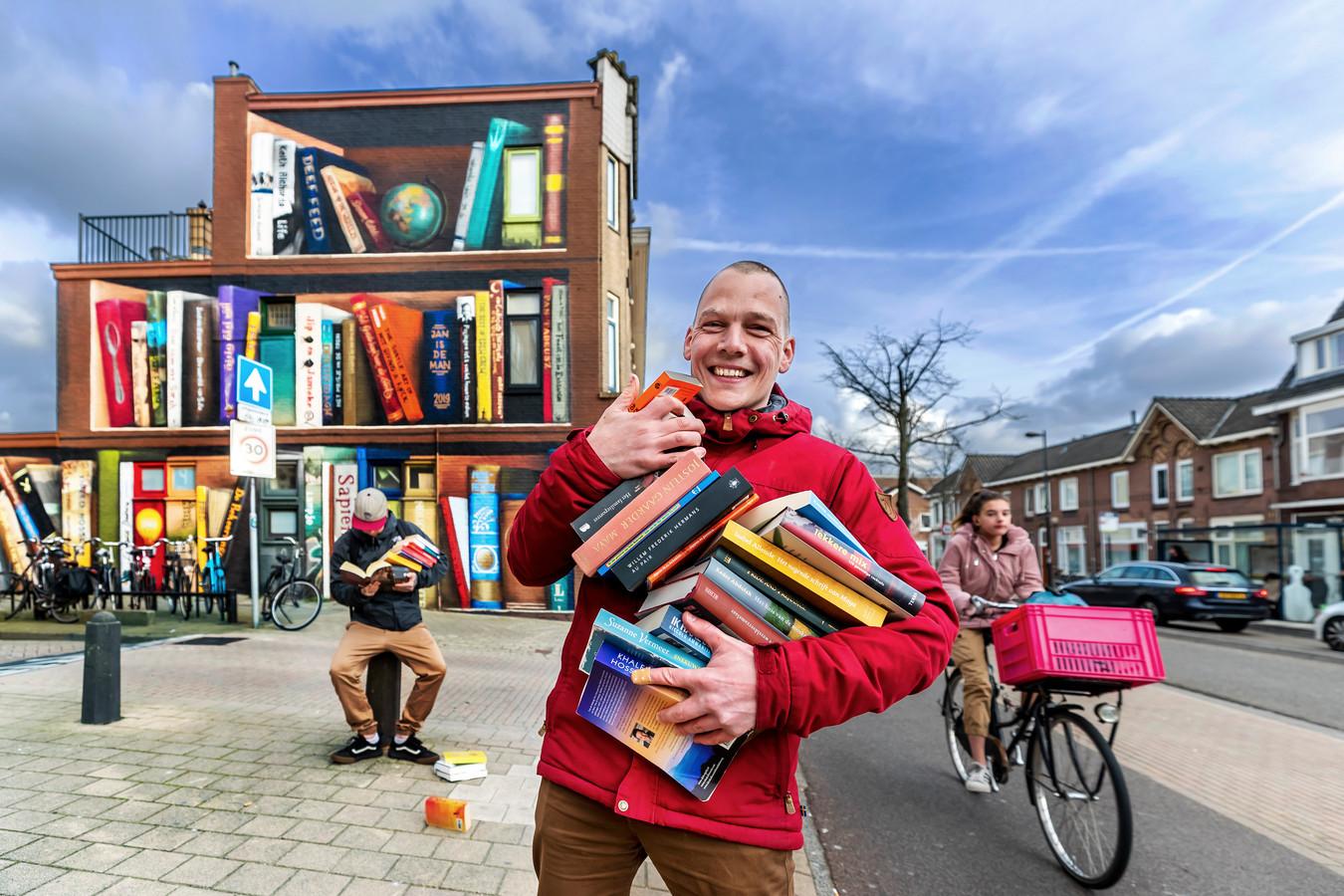 JanIsDeMan voor zijn schildering op de Amsterdamsestraatweg in Utrecht.