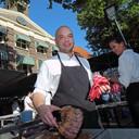 Chef-kok René Vermeulen in 2013 voor de karakteristieke gevel van 't Spuihuis.
