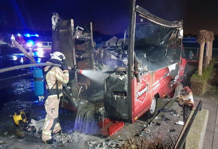 De brandweer kon de frietwagen niet meer redden.