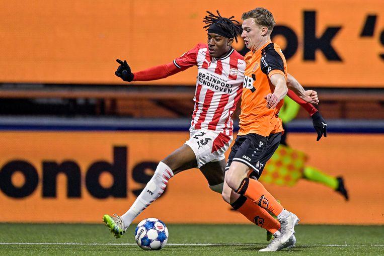 Noni Madueke van PSV passeert Derry John Murkin van FC Volendam. Beeld BSR Agency