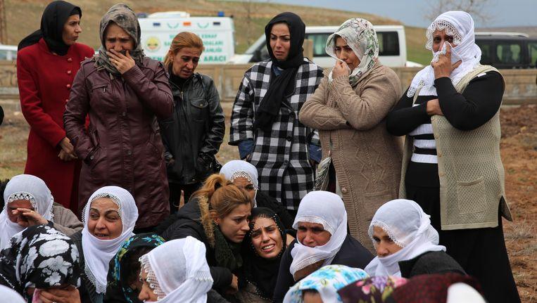 Turkse vrouwen rouwen tijdens de begrafenis van drie slachtoffers die gisteren omkwamen bij een aanslag in de Diyarbakir. Beeld AP