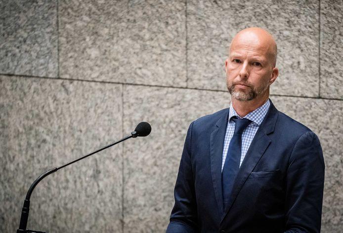 Tjeerd de Groot (D66) riep afgelopen dinsdag in het wekelijkse Vragenuurtje op tot sluiting van Gosschalk. Gisteren kreeg hij zijn zin: de NVWA heeft de deuren van de slachterij uit Epe voorlopig gesloten.