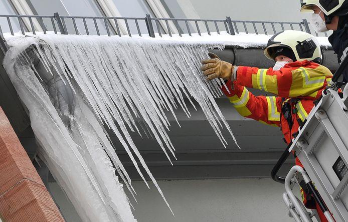 De brandweer in het Duitse Erfurt verwijderde deze ochtend ijspegels van een dakgoot. 's Nachts daalde ginds het kwik tot  -17°C.