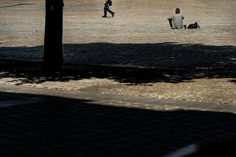Dakloze Jean-Marie op het Ladeuzeplein. Beeld Eric de Mildt