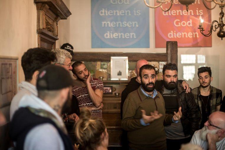 Lhbti'ers met een vluchtelingenachtergrond komen bijeen op de Wallen in Amsterdam, waar in het pand van het Leger des Heils maandelijks 'Secret Garden' wordt georganiseerd. Beeld Mohammad Abdulazez