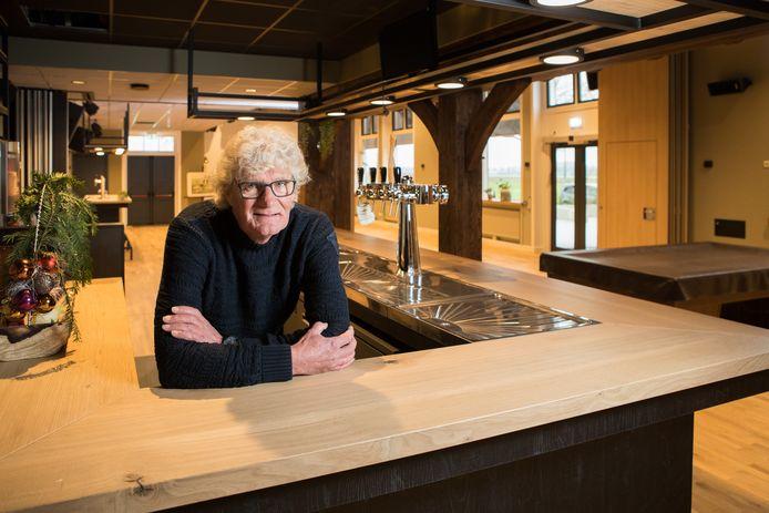 Fred Dalhuisen, voorzitter van de Stichting Dorpshuis Herxen, straalt in het nieuwe multifunctionele dorpshuis 'De Herxer Marke'.