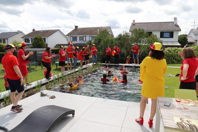 Enkele Rode Duiveltjes waagden zich aan een verfrissende duik in de zwemvijver.