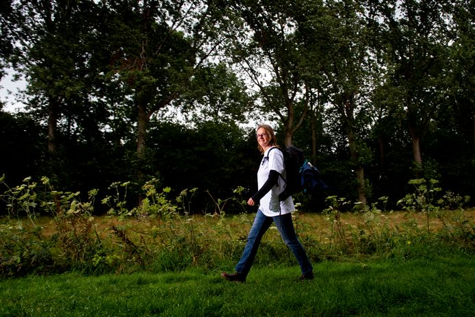 Bianca de Vries gaat voor een goed doel door Nederland wandelen. Ze doet alle twaalf provincies aan.  De reis dient haarzelf en stichting Timeus die zich inzet voor blinde kinderen op Bali.