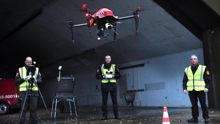 Medewerkers van de brandweer in Deurningen (Twente) proberen een drone uit. Sensoren detecteren gifstoffen en brandhaarden. Beeld Marcel van den Bergh/de Volkskrant