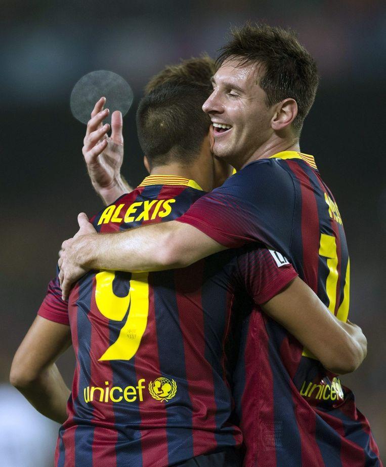 Lionel Messi, die nauwelijks kon flitsen, feliciteert Alexis Sanchez met zijn wereldgoal. Beeld EPA