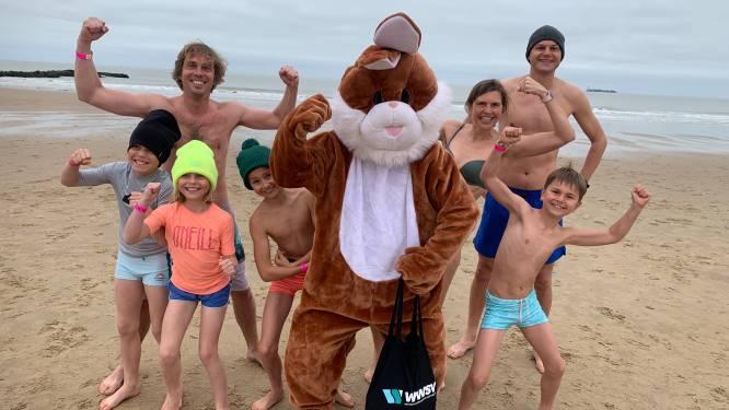 Meer dan 200 ijsberen genieten van paasduik aan Surfers Paradise