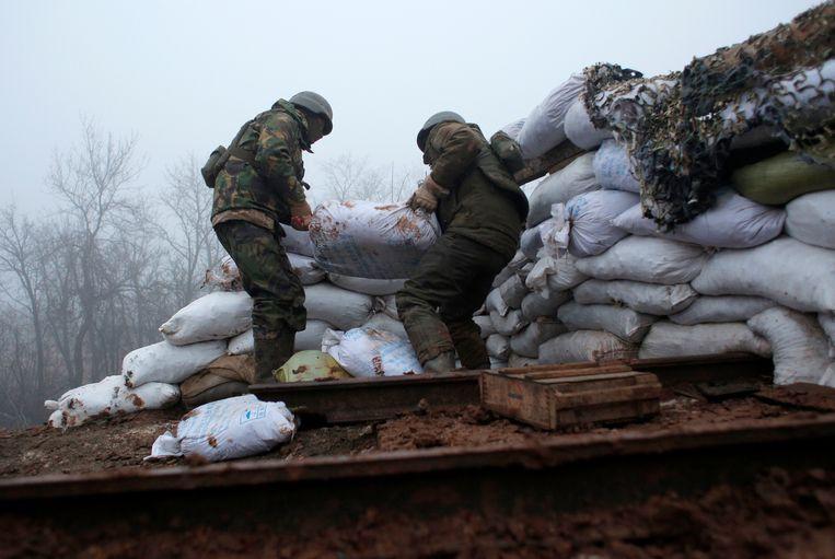 Oekraïense soldaten versterken hun positie aan de frontlinie in het oosten van het land, op de grens met het separatistische gebied Donetsk.  Beeld AP