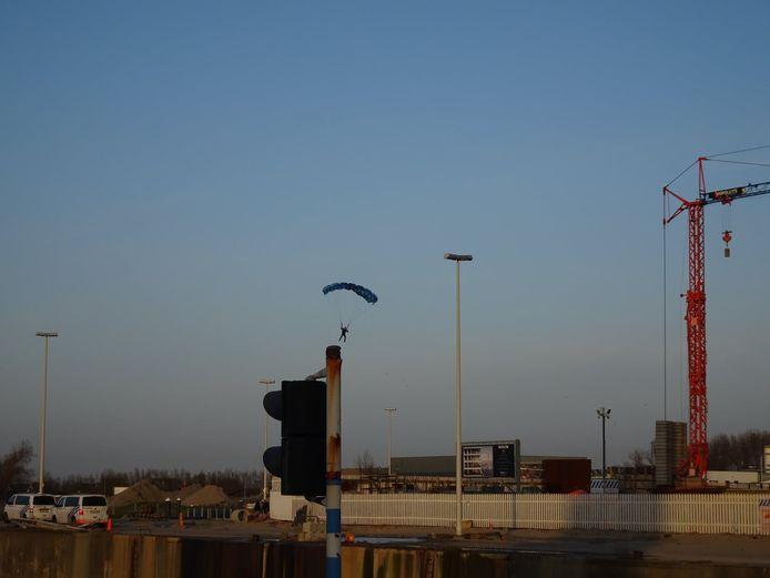 De basejumpers springen van de bijna honderd meter hoge torenkraan bij de Ensor Tower I op de Oosteroever in Oostende.