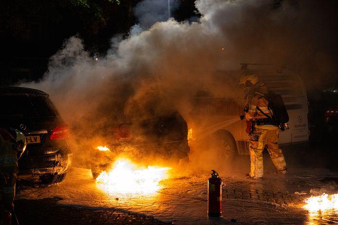 Drie auto's raakten beschadigd bij een autobrand aan de Dollard in Zwolle. De middelste van de drie bleek het doelwit van een brandstichter.