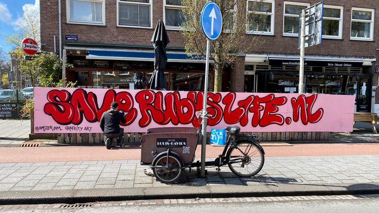 David Jurgens, van Amsterdam Graffity Art, werkt aan het kunstwerk voor Ruby Alladin. Beeld Rolien Scheepbouwer