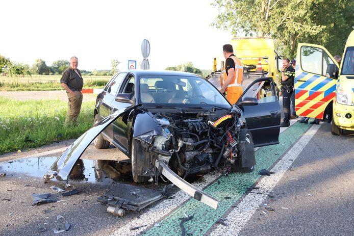 De auto raakte zwaar beschadigd bij het ongeluk in Ravenswaaij.