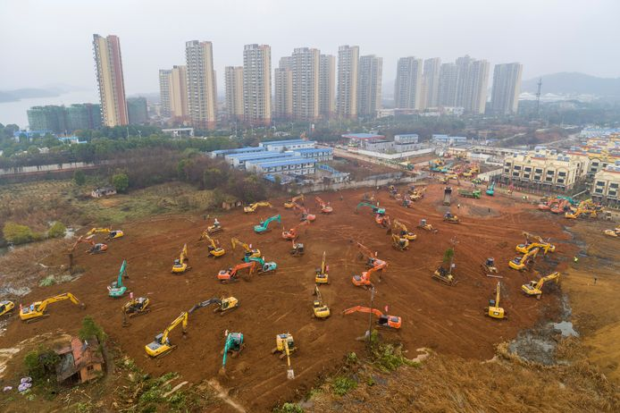In Wuhan, het epicentrum van de uitbraak, is in allerijl gestart met de bouw van een ziekenhuis. Over tien dagen moeten de eerste besmette patiënten er al opgevangen worden.