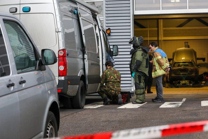 De Explosieven Opruimingsdienst is bij de Mercedesdealer ter plaatse voor onderzoek