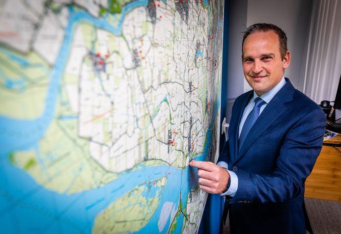 Burgemeester Bram van Hemmen bij de kaart van de Hoeksche Waard op zijn werkkamer.